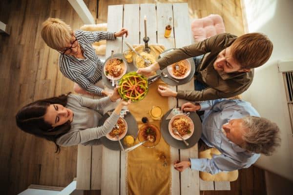 Amigos se reúnen para compartir la comida de Pecado Original